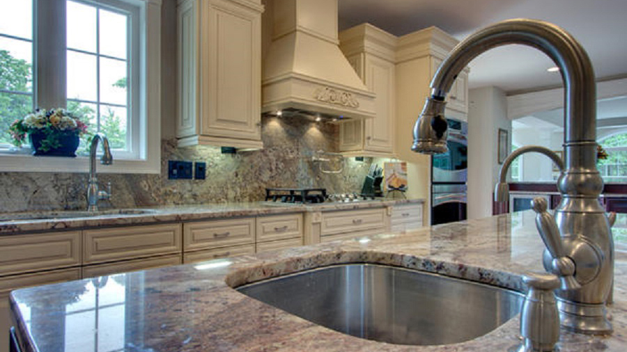 A7_Creme_colored_maple_wood_cabinets_with_a_bold_bronze_glaze_in_traditional_style_05.jpg