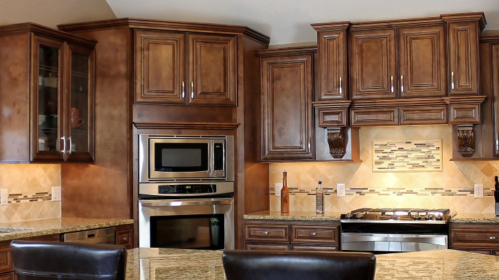 M01_Chocolate_stained_maple_wood_cabinets_in_a_rick_dark_glaze_in_traditional_style_01.jpg