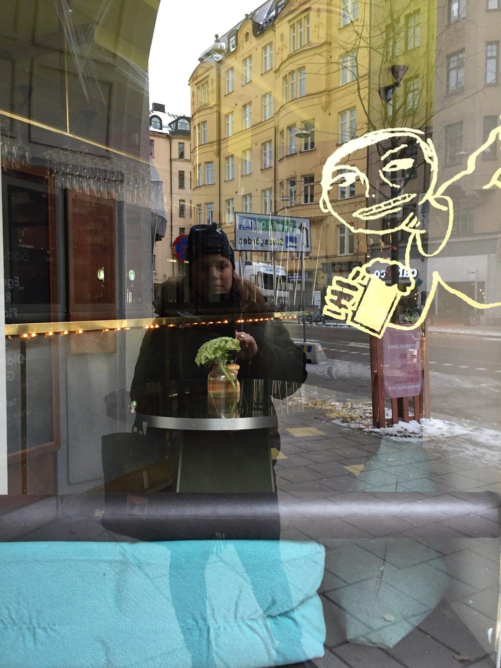 Utanför Folkbaren där vi hade manusgenomgångar och fick feedback under Stockholmsveckan.