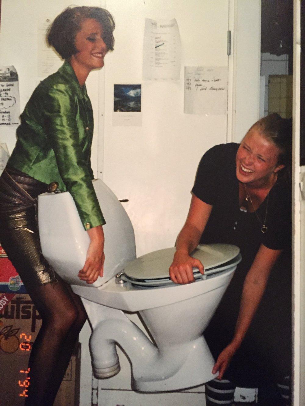 Backstage med Pirayaklubben sommaren 1994. Toaletten skulle också upp på scen.