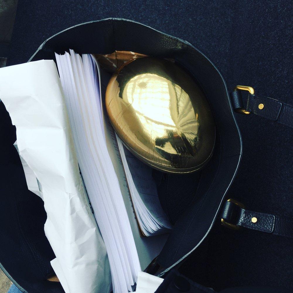 Jag fick ett  guldägg  på Filmlance där jag praktiserar, så rart.Kan det vara synkronicitet som den legendariske copywritern  Jan Cederquist skrev om i sin bok  Slumpen är ingen tillfällighet ?