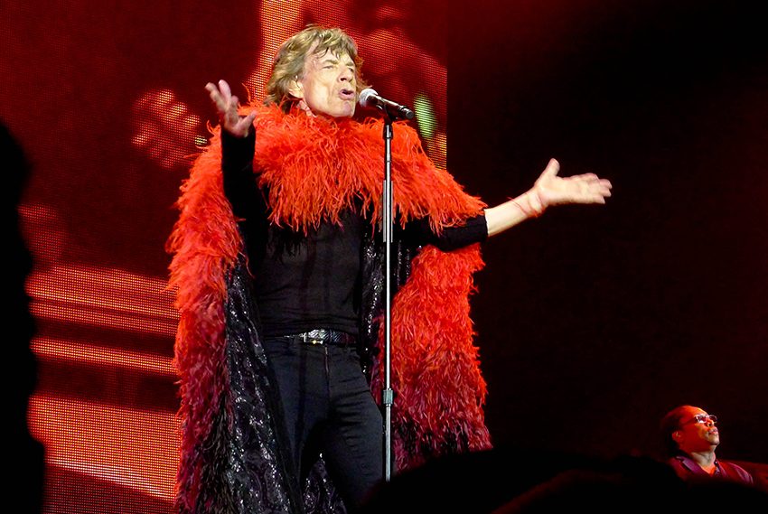 Performing in a red feather and sequined cape. Photo by Orient´Adicta via Flickr.