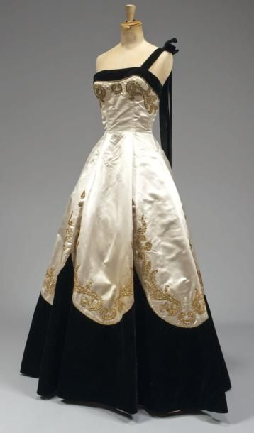 Evening gown circa 1950  via  Cornette de Saint Cyr