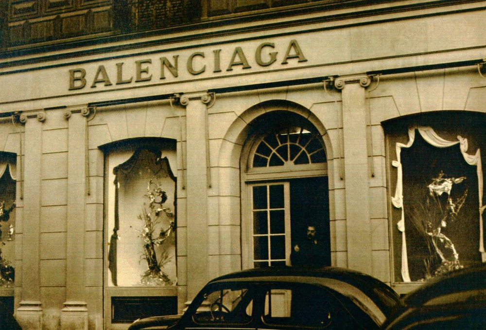 The Balenciaga store at 10 Avenue George V. Photographer unknown.