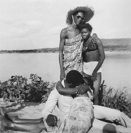 Les retrouvailles au bord du fleuve Niger by Malick Sidibé, 1974