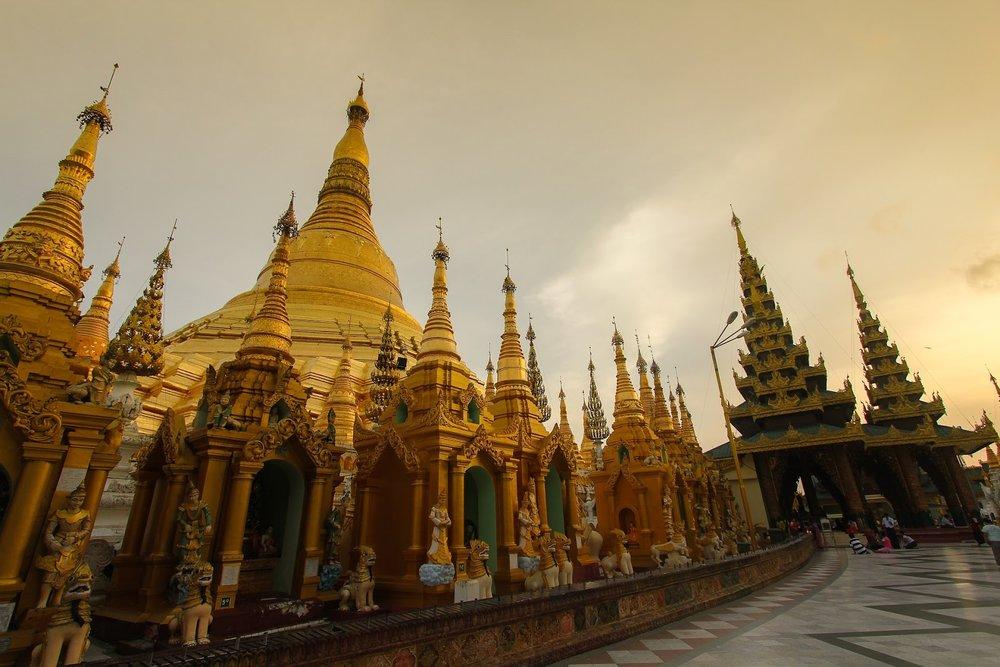 golden shwedagon paya pagoda at sunset