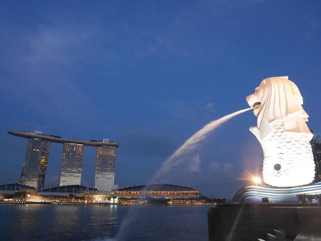 Merlion and hotel at Marina Bay, Singapore