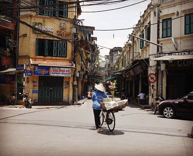The charming Hanoi city 🇻🇳 . Street hawkers are every corners. Traditional hats are worn by local ppl and tourists . Such a chaos city but I can't get enough of this beauty ❤️🎈😊 . . #hanoi #vietnam #city #amzing #charming #asia #travel #blogger #nomad #travelphotography #travelgram #travelblogger #instagood #instatravel #wanderlust #explore #hanoicity #lovetravel #photography #photooftheday #travelholic