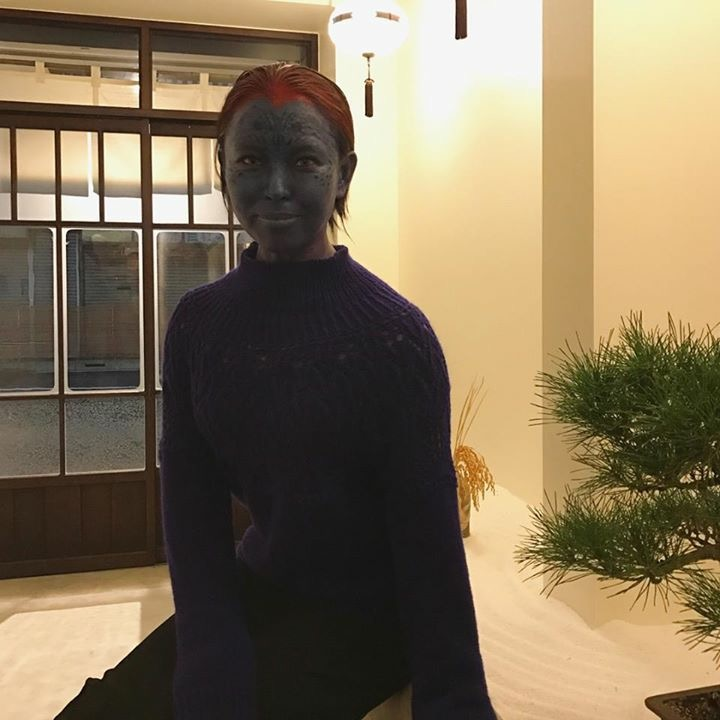 青い顔の登場に  店主ビックリ!!←そりゃそーだ笑  トリックオアトリート!!と言ってみたら  梅干し頂きました笑  ⬇︎ミスティーク梅干し食べる