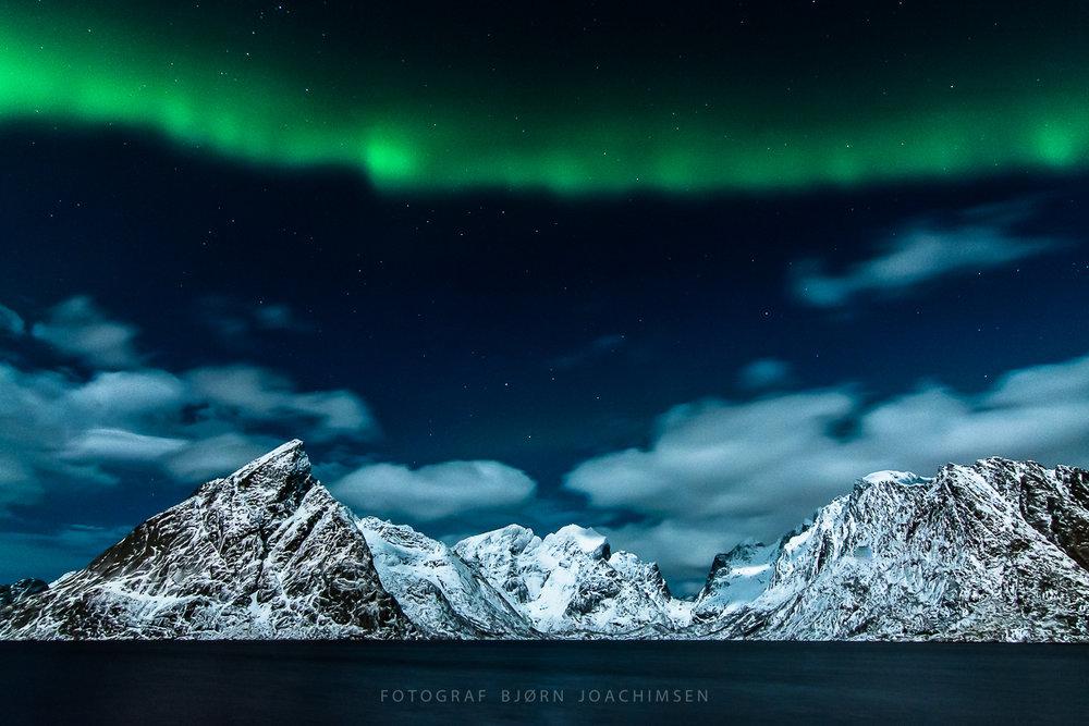 Nordlys over Olstinden på Reine i Lofoten. ©Bjørn Joachimsen.