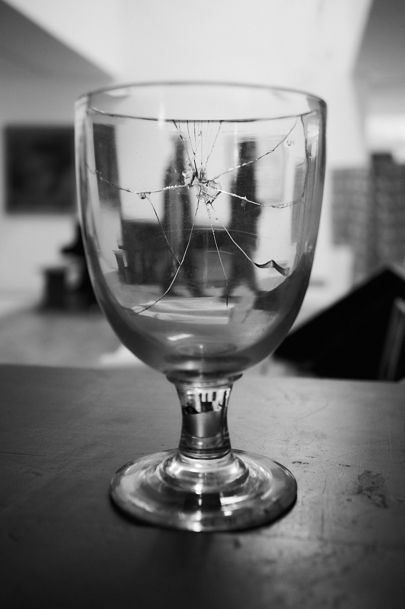 Cracked glass 1600x1200 sRGB.jpg