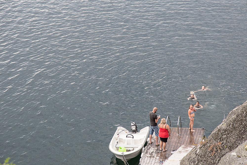 Den här sommaren har bjudit på många sol- och badtimmar! Här är vi i Norge hos våra fina vänner och badar i Fossingfjorden (både jag och Linus sitter bakom kameran dock).