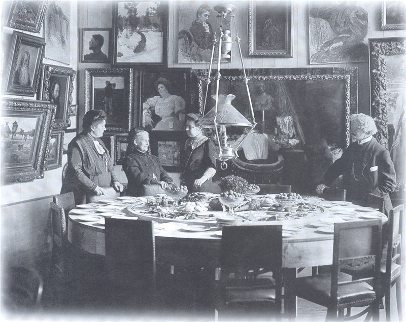 Ilya Reping and Natalia Nordman - Severova with their employees at the spinning table