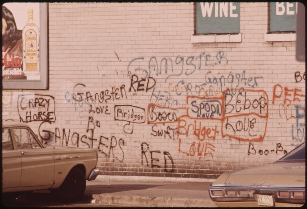 GRAFFITI_ON_A_WALL_IN_CHICAGO._SUCH_WRITING_HAS_ADVANCED_AND_BECOME_AN_ART_FORM,_PARTICULARLY_IN_METROPOLITAN_AREAS...._-_NARA_-_556232.jpg