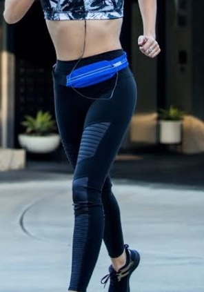 Marble Bandita Fitness Belt$18.00 - 2-Zipper Athleisure BeltWhether you're running around the track or running around the city, this belt has got you covered!The Bandita Belt is great for the gym, travel, shopping, or anything else that requires full use of your digits.The belt features:Buckle Closure2 Zipper PocketsKey ClipReflective ZipperGreat For:Cell PhoneCredit Cards/IDCashKeysColor: Pink/Blue Marble Print