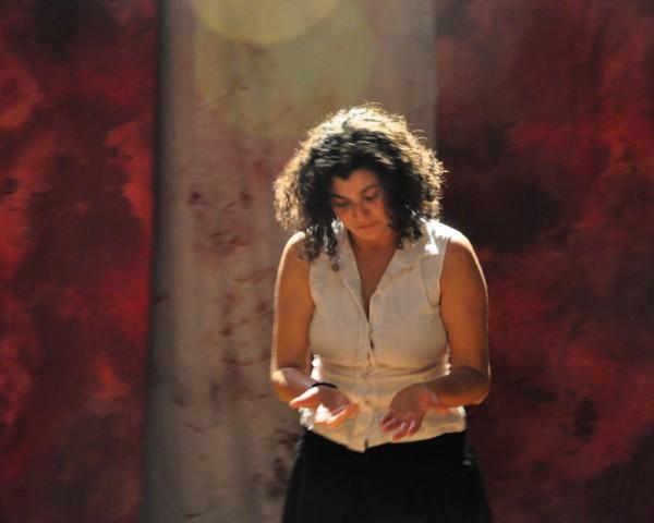 Melissa Lopes atuando no espetáculo Agda
