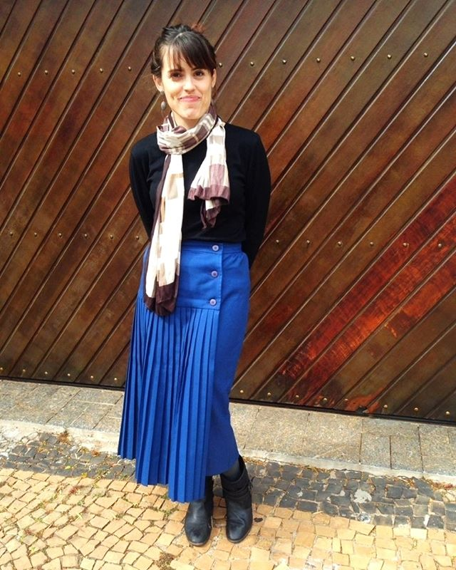 ahê finalmente esse clima MUITO FRIO possibilitou uma coisa bem legal que foi usar esta saia de lã, vintage e plissada. Fiquei quentinha e toda feliz de finalmente botar na rua esse garimpo maravilhoso, que até apareceu em vídeo na época que comprei - e que eu era animada pra fazer youtube. {e viva minha fotográfa oficial @dri_ferragut por registrar meus momentos marmotinha} #garimpo #digakil #vintage #brechodofigurino