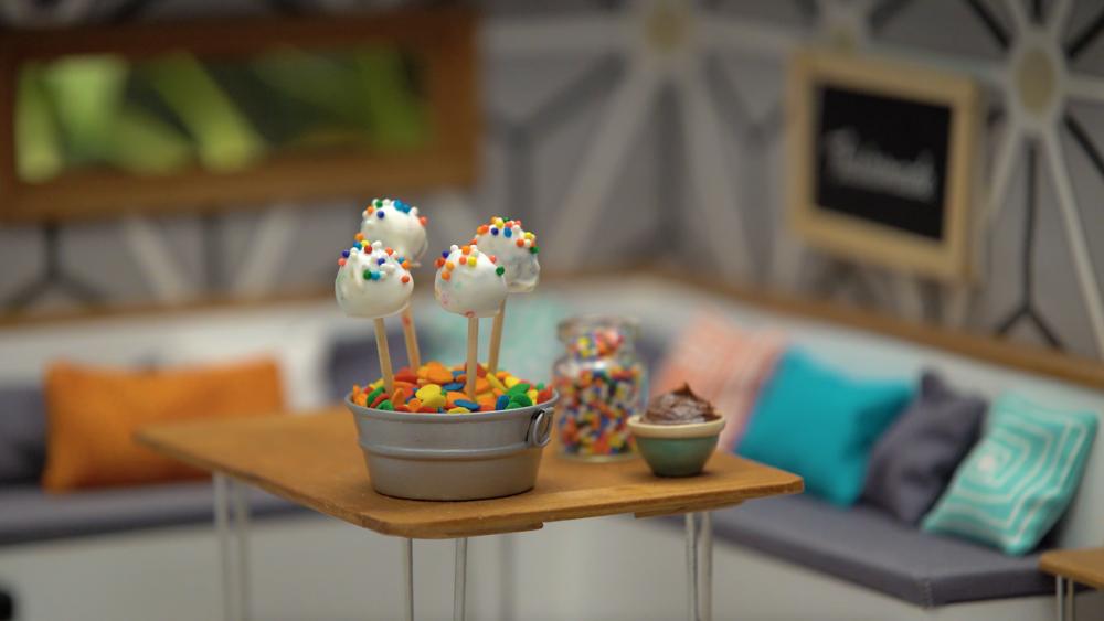 pxqrocxwsjcc_4XJ1bU4hq8QuaaugWWcaIY_tiny-kitchen_s7e2_tiny-cake-pops_landscapeThumbnail_en.png