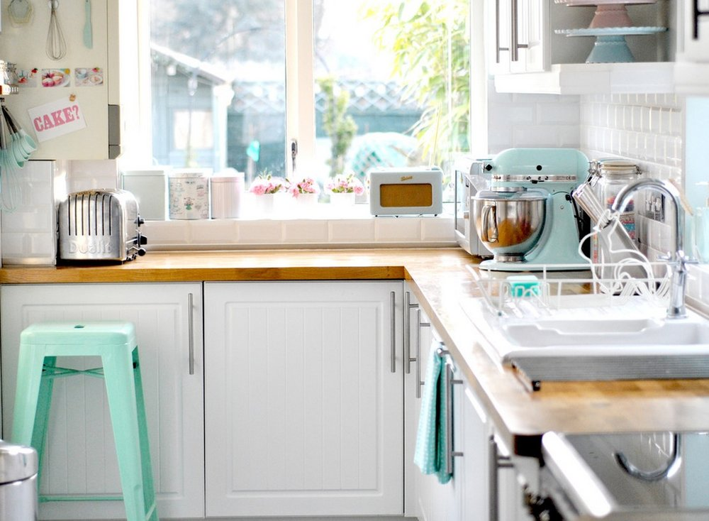 Pastel kitchen appliances have made a major comeback. Image Source:  toriejayne.com
