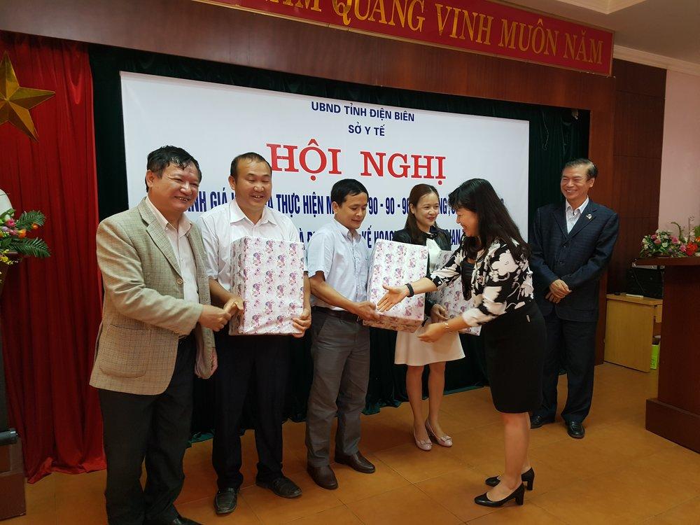 Các cán bộ y tế từ 3 huyện thuộc tỉnh Điện Biên nhận giải thưởng từ dự án USAID SHIFT cho thành tích xuất sắc trong chiến dịch Tết tìm kiếm ca nhiễm HIV