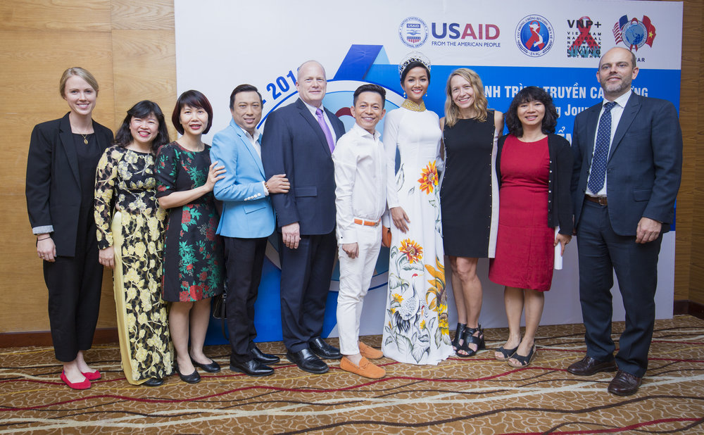 Members of the USAID SHIFT team, VNP+, USAID Deputy Mission Director Craig Hart, singer Tuan Tu, Miss Universe Vietnam 2017 Ms. H'Hen Nie, US Consul General Mary Tarnowka and representatives from the US Consulate General at the event