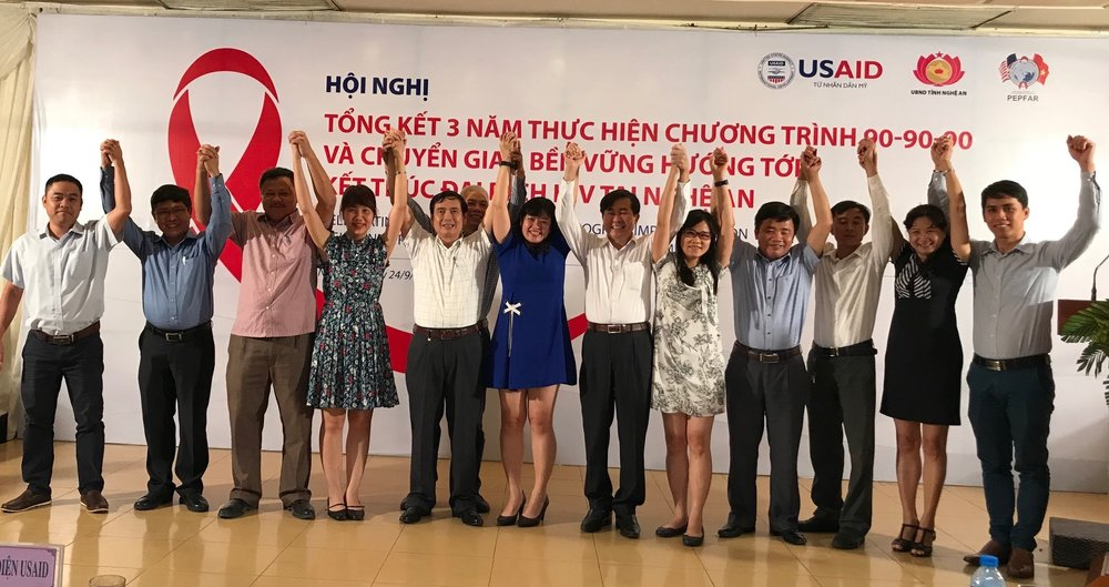 Lãnh đạo Sở Y tế và Trung tâm PC HIV/AIDS tỉnh Nghệ An, cán bộ phụ trách cơ sở điều trị, cán bộ điều trị, cán bộ Văn phòng USAID và dự án USAID SHIFT cùng tham dự cuộc họp tổng kết công tác phòng chống dịch HIV và chuyển giao cho địa phương tại TP Vinh ngày 24/9/2018.