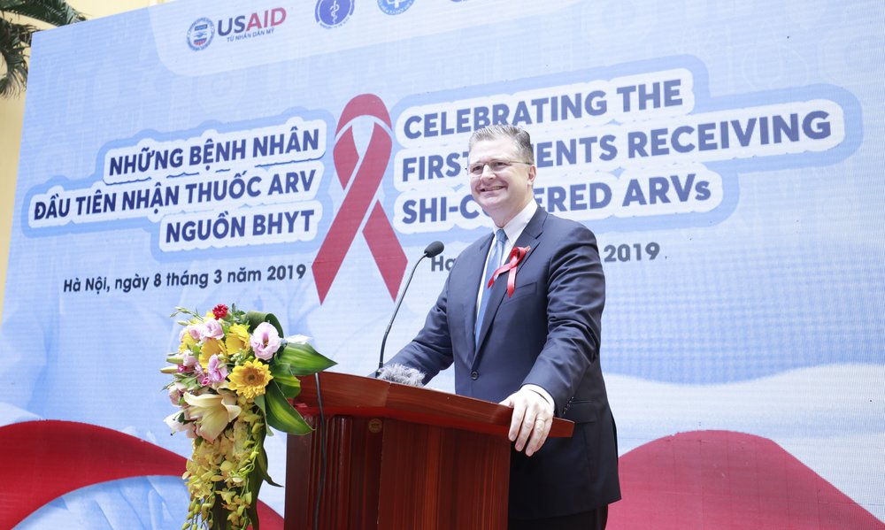 Ảnh 1: Đại sứ Hoa Kỳ, ông Daniel Kritenbrink phát biểu tại sự kiện ngày 8 tháng 3, và chúc mừng những nỗ lực của Việt Nam trong việc duy trì bền vững các dịch vụ HIV trong bối cảnh các nguồn viện trợ quốc tế đang dần bị cắt giảm.