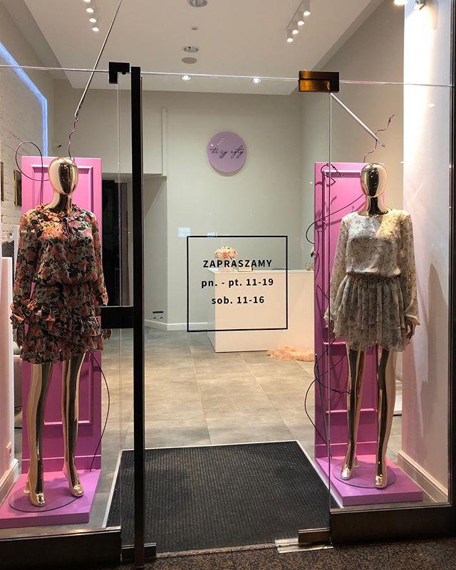 """Znajdź trzy igły!😉 """"Uszyta"""" wystawa dla @trzyigly od wczoraj przyszywa uwagę swoim różem🎆 #newproject #windowdisplay #windowstoriesbymalwa #retaildesign #retail #vm #visualmerchandising"""