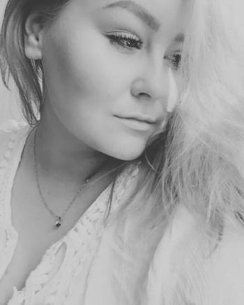 Christine - Jeg er Christine!Jeg har vært i frisørbransjen i 6 år nå, og i tillegg tatt utdanning som makeupartist på Fotofagskolen i Trondheim. Her ble det mye samarbeid med fotografer og modeller, som jeg syns er en kjempespennende del av bransjen.Jobber med det meste av styling, brud, farge/stripeteknikker, hairextensions og klipp. Vært på kurs med TIGI i London, både styling og farge/klipp. Jobbet med film/tv og fashionshows. Makeup/hårstyling på photoshoots for blader som Kamille, Stella og INmagasinet. Jeg lytter til kundene mine, kommer med ideer og snakker gjerne over bilder for en bedre forståelse av hverandre.