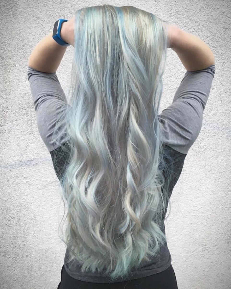 En foilage med dusty blue og silver i et bleket hår.