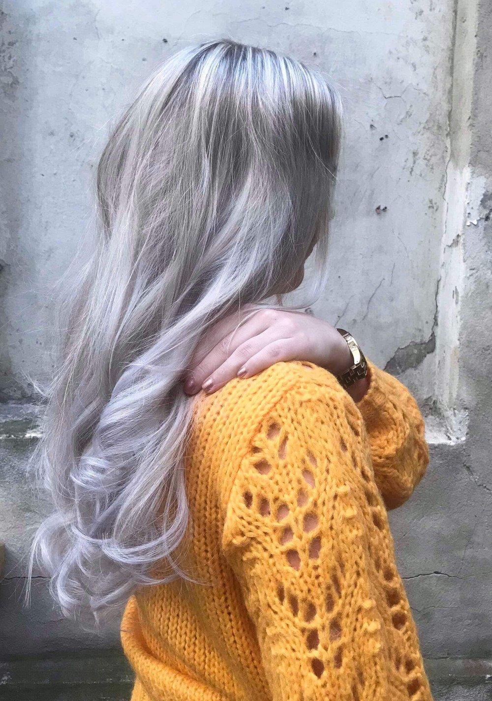 Silvergrey hair extensions med et hint av lavender.