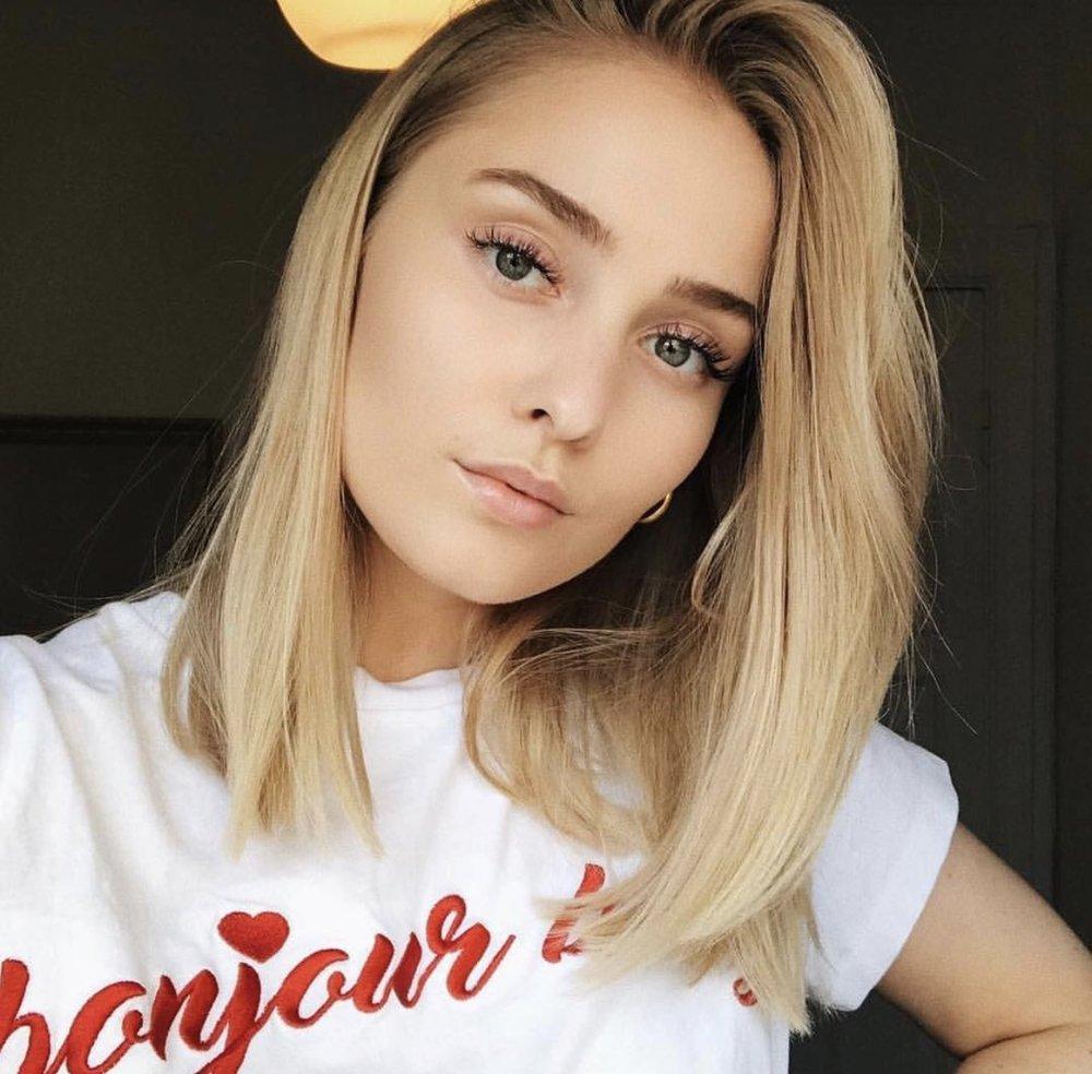 Maria Volla med naturlig honningblonde highlights i en av vårens mest trendy frisyrer.