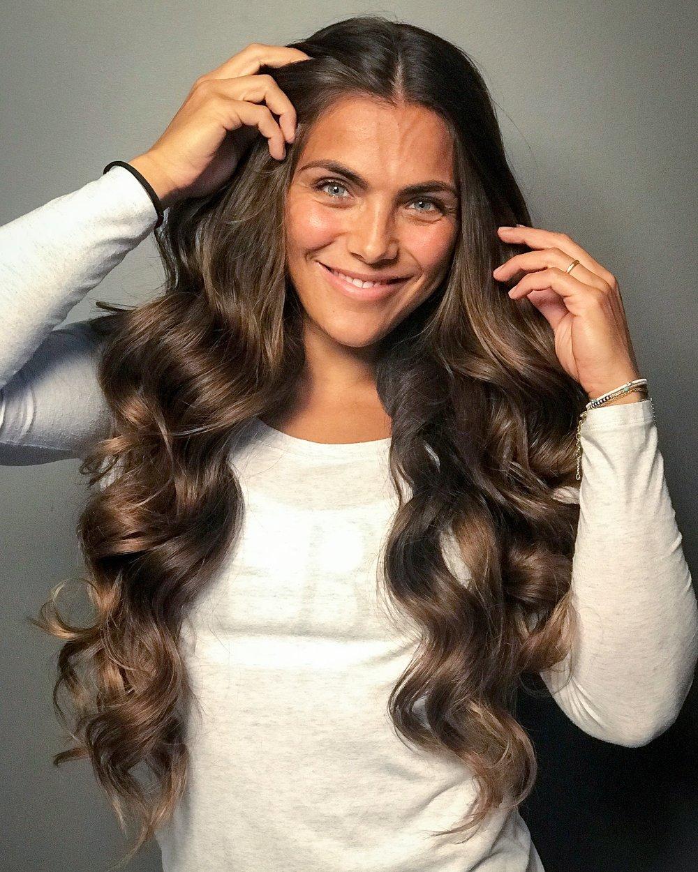 Jørgine Vasstrand ned sitt helt naturlige sjokoladebrune hår. Kun glosset for shine. Stylet med ghd soft curl tong.