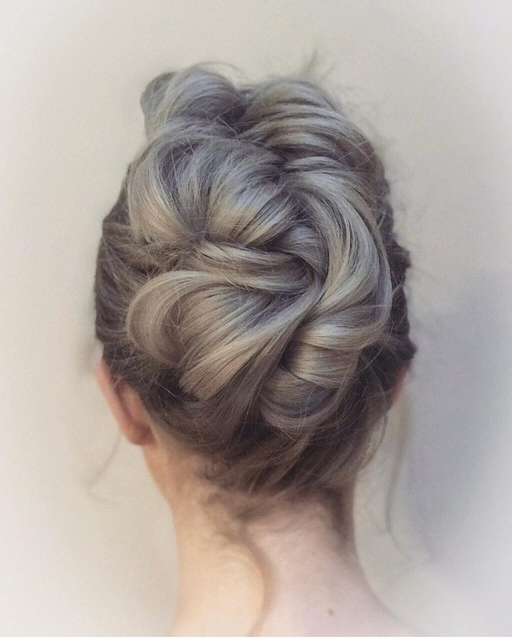 Vi har undervist andre frisører i quick fix updo som dette.