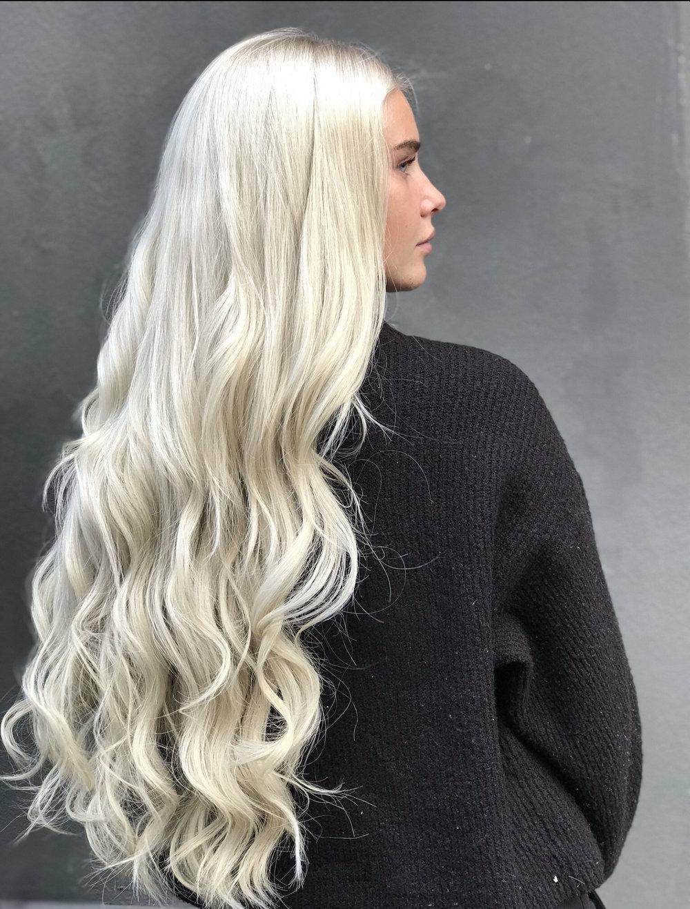 Vi produserer også vårt helt eget Mood Hair Extensions. Her Iceblonde 70 cm på Amalie Snøløs.