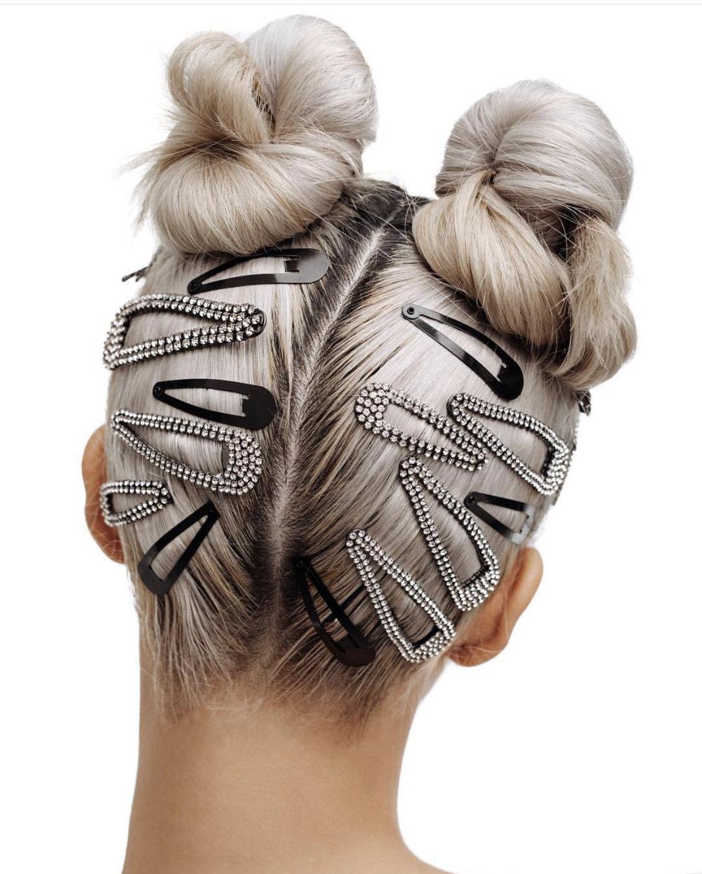 Hair acceccories tar helt av, og samme med double hairknots
