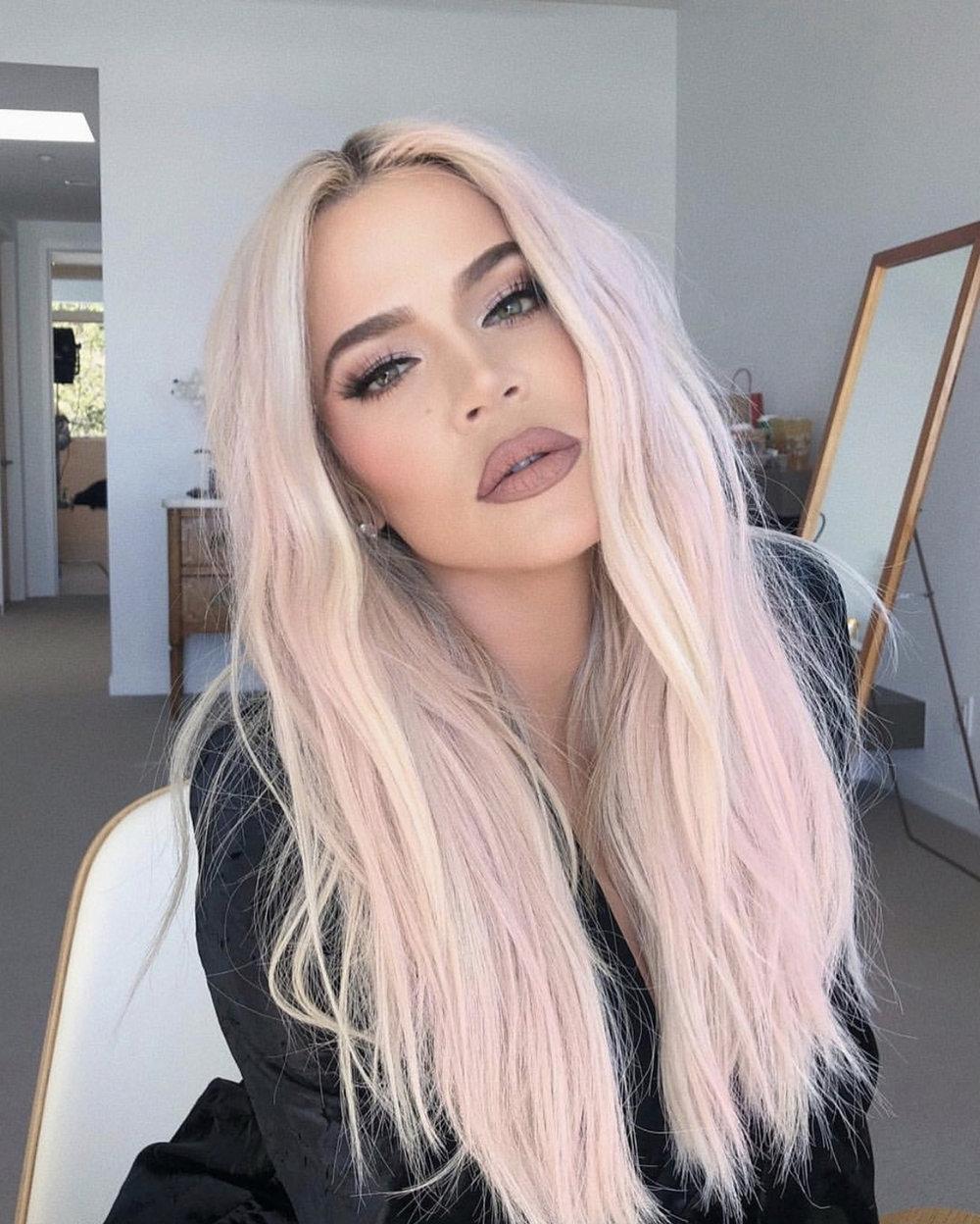 Khloe Kardashian i pastel-pink. Husk at så lyse toner må opprettholdes hjemme, ettersom det blir fort vasket ut. Desto lysere farge-desto færre pigmenter-desto kortere varighet. (Om ikke håret ditt er en porøs svamp da..)