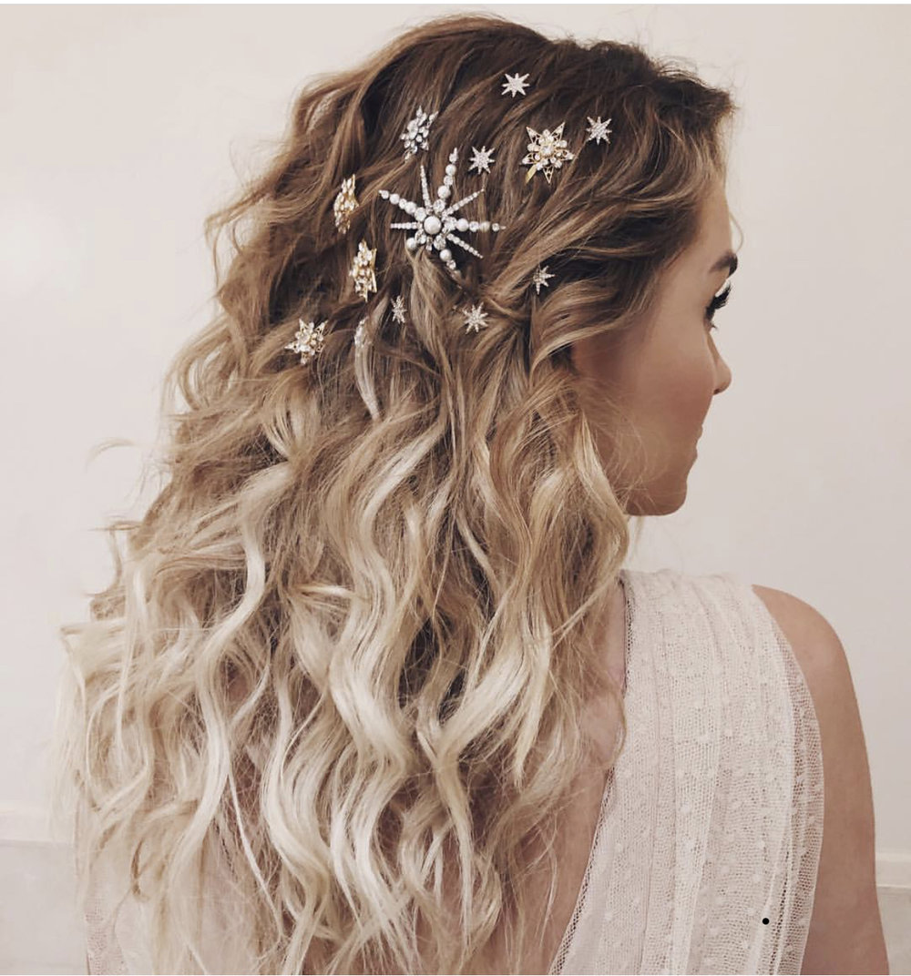 Her er en annen nydelig måte å bruke hair accessories til å dekorere håret på