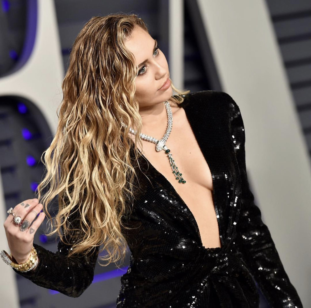 Miley Cyrus viser også frem sine gyllende lokker