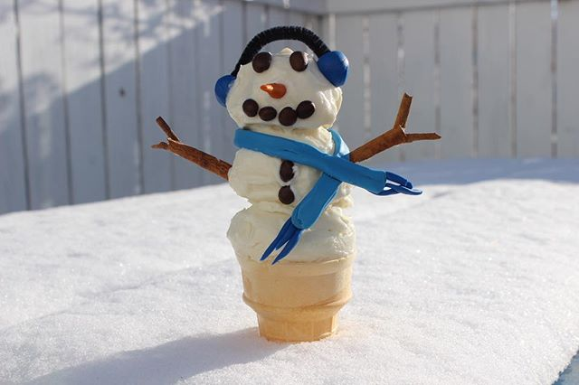 Making a snowman ⛄️ is even more fun when you get to eat it you're done! Our Old Fashion Vanilla Ice Cream 🍦 scoops perfectly for this winter activity! So head down to any Calgary Coop or Sunterra market to grab your own 1.4L tub and join the fun! ❄️🌨 #foothillscreamery #snowman #winter #icecream #photooftheday #follow #yycnow #yycliving #yyceats #funinthesnow #creamery #coldeats #instagood