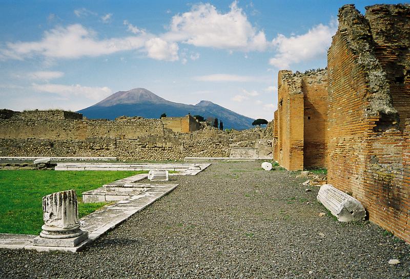 800px-Vesuvius_from_Pompeii_hires.png