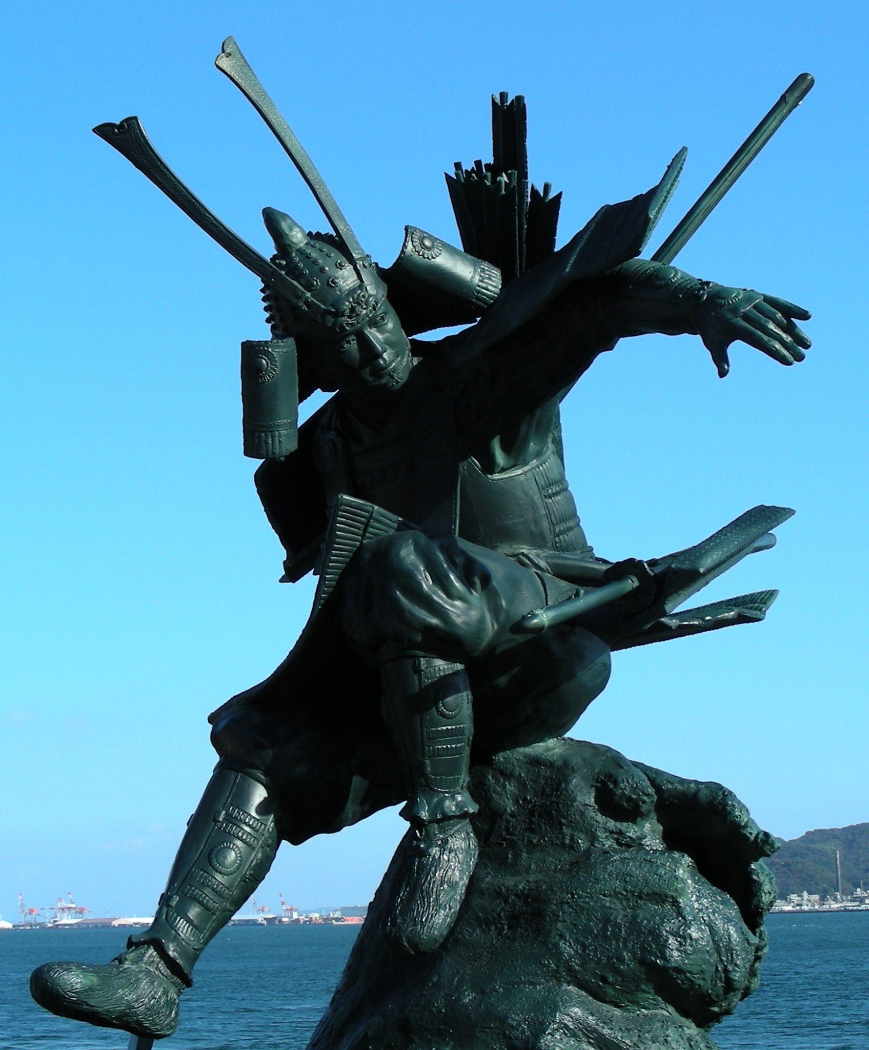 Statue of Minamoto no Yoshitsune at Dan-no-ura bay. Photographed by usiwakamaru