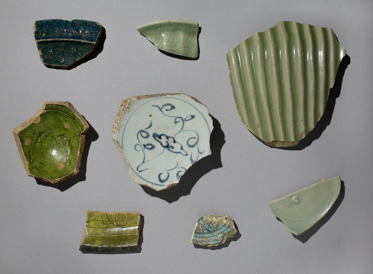 Sherds made of stoneware, earthenware, porcelain. By MacGregor 2010, from British Museum online collection. CC BY-NC-SA 4.0.