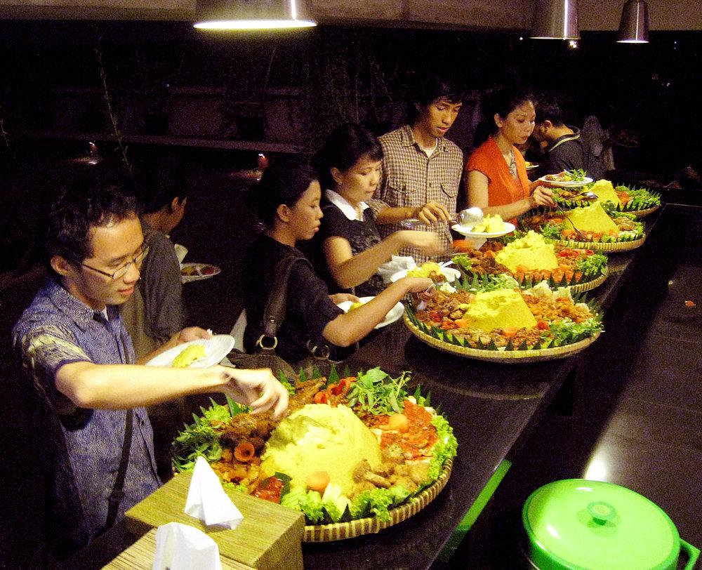 Tumpeng feast during IGDA (Indonesian Graphic Design Award) 2010. Salihara Gallery, South Jakarta, Indonesia. By Gunawan Kartapranata. [CC BY-SA 3.0 or GFDL]. Via Wikimedia Commons.