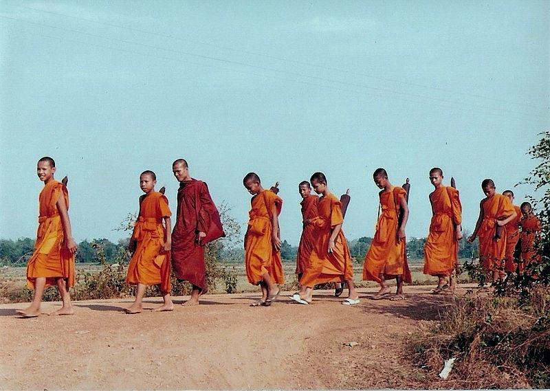 สร้างสรรค์ผลงาน/ส่งข้อมูลเก็บในคลังข้อมูลเสรีวิกิมีเดียคอมมอนส์ - เทวประภาส มากคล้าย.  Buddhist monks donning robes made from cotton imported from India. (1998) CC BY 3.0