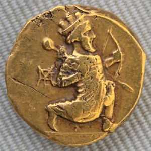 Marie-Lan Nguyen, Photograph of a gold daric coin of Artaxerxes II ca. 330–300 BCE - depicting the image of a Persian king armed and ready to shoot his bow (13 Apr 2008), CC-BY 2.5