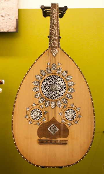 Frank Kovalchek, Wikimedia Commons,  The Middle-Eastern Oud, for comparison. , 31 May 2014