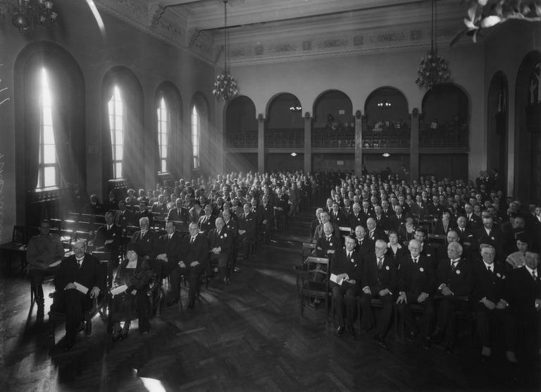 Valkoinen Sali on toiminut huipputason seminaarien tilana pitkään, kuvassa presidentti Svinhufvudin johtama kokous vuodelta 1931.