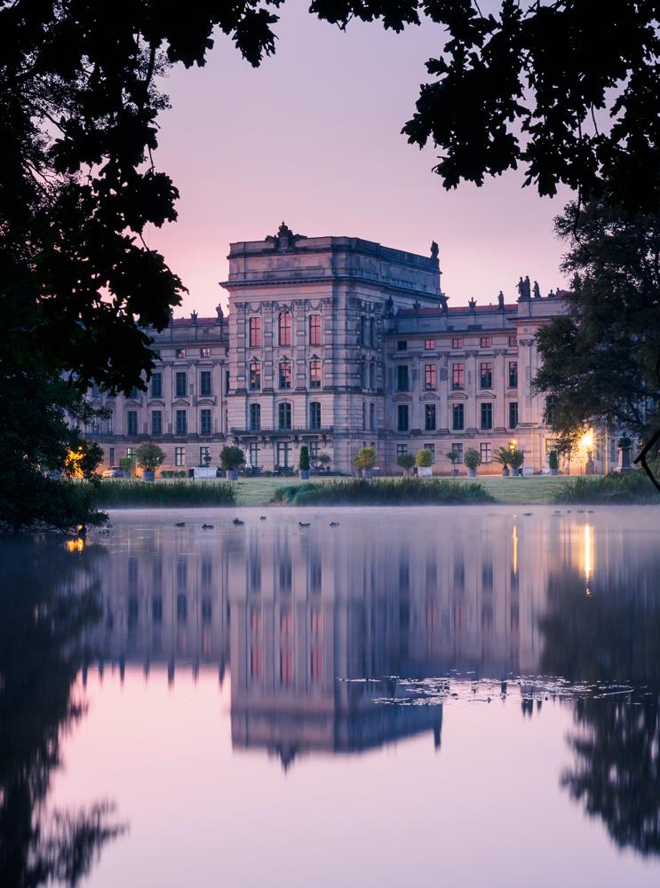 Schloss Ludwigslust im morgendlichen Nebel