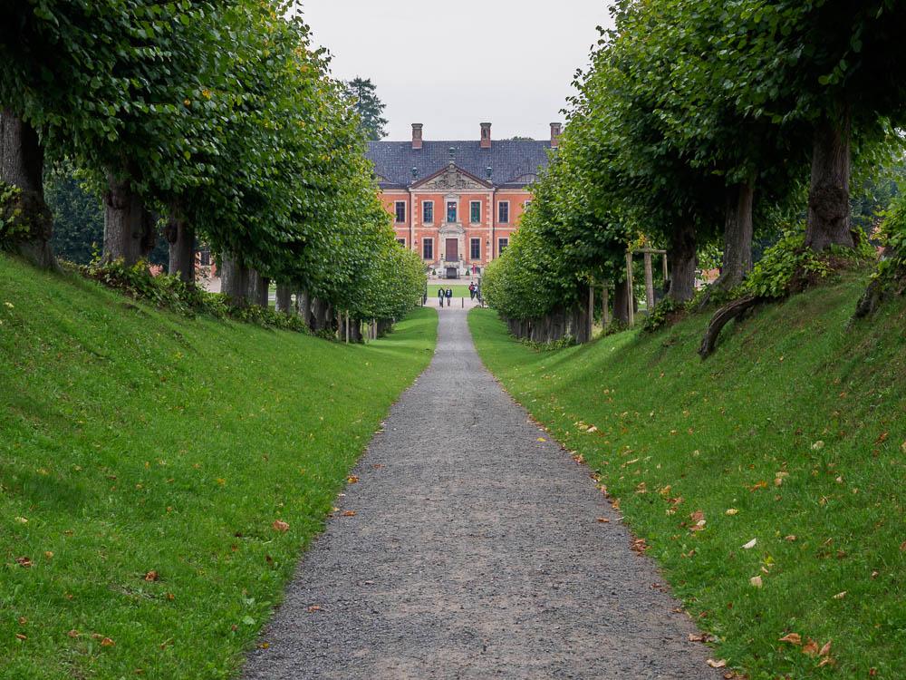 Blick aus der Festonallee auf Schloss Bothmer